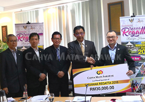 Handing over the cheque to YB Datuk Abdul Karim Rahman Hamzah, Minister for Tourism, Arts, Culture, Youth and Sports