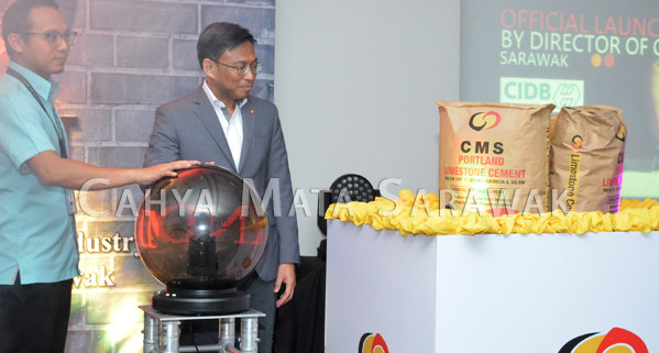 Encik Suhadi Sulaiman and Encik Noor Azirhan Sahat officially launches PLC