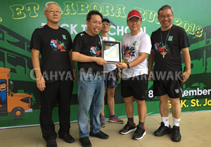 Group Internal Auditor, Mr Francis Lou receiving the token of appreciation from Dr Sim Kui Hian